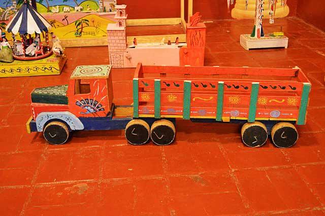 Auto de madera en el Museo del juguete mexicano